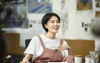 49岁王菲穿粉色背带裤似少女