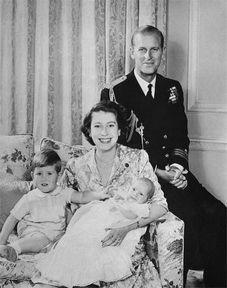 女王伊丽莎白二世夫妇和爱德华王子、查尔斯王子。