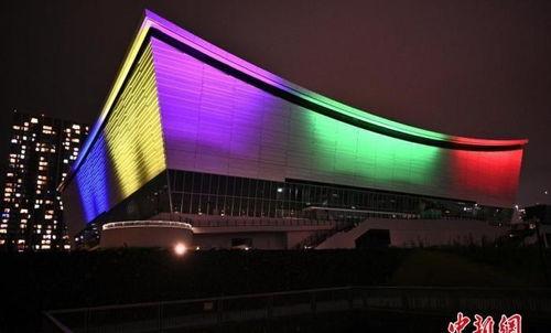 当地时间2020年7月23日,日本东京,东京奥运会倒计时一周年,东京奥运会比赛场馆有明竞技场亮起奥运五环色灯光。