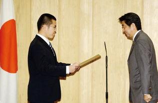 日本首相安倍晋三向中国留学生严俊颁发感谢信