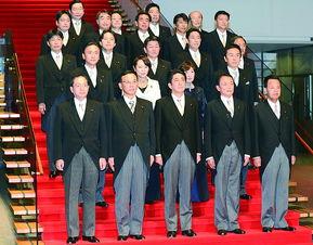 2012年12月26日,日本新任首相安倍晋三正式公布了18名内阁成员名单.