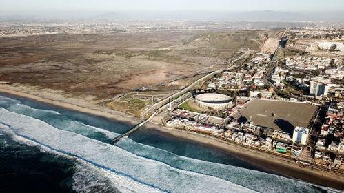 这是1月10日在墨西哥边境城市蒂华纳航拍的美墨边境墙.