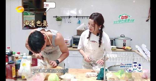 图源:《中餐厅》第二季《向往的生活》中,厨房里也摆放了一张竹桌在房间中央,刚好可以当做中岛使用,台面上