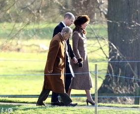 英女王乘坐豪华宾利参加活动,其丈夫96岁高龄菲利普亲王健步如飞