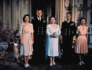 刚在一起的英国女王和菲利普亲王两人感情非常深厚,热衷于军装的菲利普年轻时更是帅气,一袭黑色军装搭配白色衬衫,身材修长帅气,又带着王室贵气。