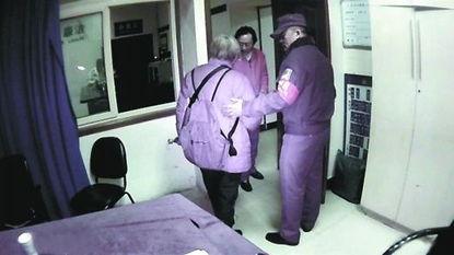 原标题:老太要汇款15万投资社区民警赶来劝回她79岁的王婆婆