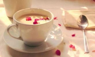 责:普洱玫瑰奶茶配料:牛奶、玫瑰花、普洱茶、冰糖.
