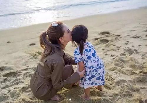 昆凌陪女儿光脚沙滩玩耍,小周周软萌可爱,母女俩互动超与爱