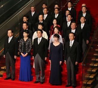 8月2日,在日本东京首相官邸,日本首相福田康夫(前中)偕其新内阁成员拍摄全家福.