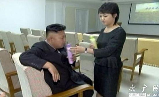 金正恩李雪主亲密画面曝光 二人闻苹果味洗发水