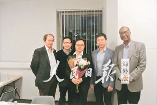 尚文龙(左三)在博士论文答辩通过后,与其导师和考官合影留念.