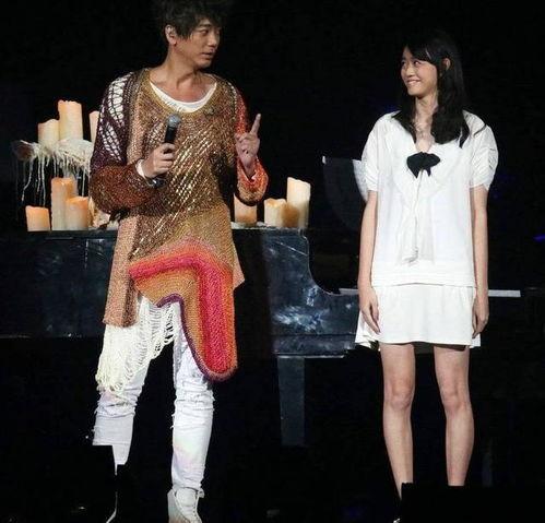 信台北开唱17岁女儿伴奏父女身高登对画面养眼