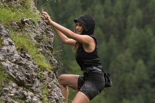 在《血战钢锯岭》上映之前,2016年国内上映的《极盗者》,泰莉莎·帕尔墨饰演狂热运动爱好者——泰勒,影片中她挑战冲浪、攀岩、极限滑雪、翼装飞行等多种极限运动,而这个时候,30岁的她已经是一岁孩子的妈妈了.