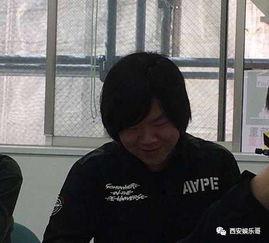 岳云鹏与撞脸妹子合影,怪只怪基因太强大,撞脸撞遍全国
