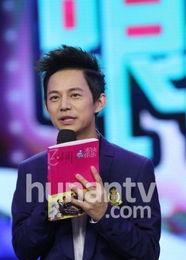 他手里拿着的是《快乐大本营》推出的15周年纪念册《快乐有你》.