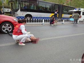 女司机撞倒老人吓得蹲地不起