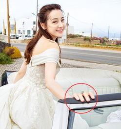 新浪娱乐讯10月16日,迪丽热巴工作室晒出一组美照,热巴穿吊带蕾丝裙显好身材,一字肩婚照造型绝美迷人.