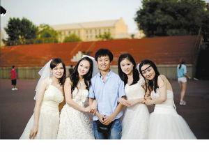 硕士与四位前女友合照毕业照