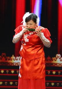 贾玲舞台上吃西瓜