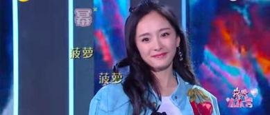 快乐大本营最新一期杨幂谢娜互唱成名曲,她因鼻炎戴口罩