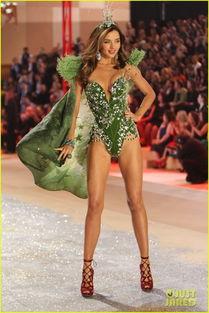 组图 米兰达 可儿华丽内衣秀 化身性感绿色仙子