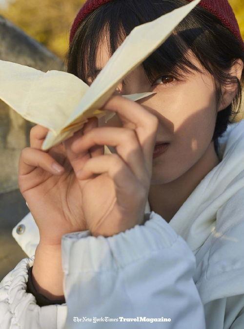 12月8日,一组张子枫北京胡同大片曝光。