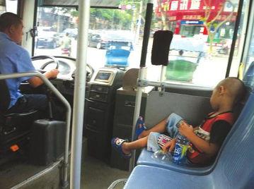 公交司机顺路载儿子被误会是带娃上班.(