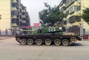 解放军99式坦克群过闹市大街