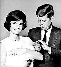 约翰·肯尼迪(右)和夫人杰奎琳.-肯尼迪和夫人杰奎琳旧照封存40...