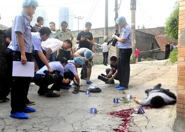 击毙抢劫杀人犯周克华现场。