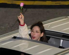 金泰妍下班挥别粉丝,手举小花的她太可爱,不过身高确实是硬伤