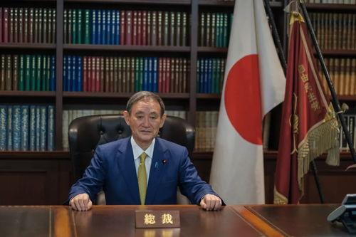 日,在日本东京的自民党总部,菅义伟在出席记者会前接受拍照.(