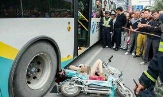 江苏骑车女子被出租车开门撞倒头部遭公交碾压