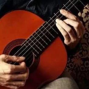 庄达菲弹吉他用左手吗