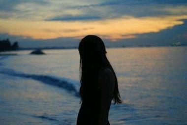 孤独背影的伤感图 一直沉默 企图不言不语你也懂我