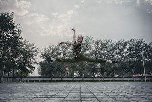 探访北京舞蹈学院新生军训 女生空中一字马