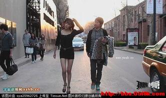 装穷哥狂追街头裸走女美女边走边脱衣服路人皆惊在北京街头突然出现惊人一幕,一名时尚女子和富二代男友激烈争吵后而甩手离去,竟边走边开始脱衣服