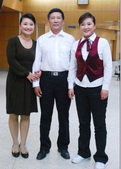 贾玲与父亲和姐姐