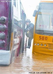 武汉最 牛 司机驾公交车轮离地 飞 起来了 组图