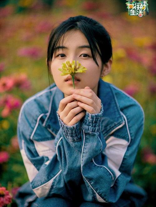张子枫闻花香