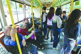 公交上老人给孕妇让座,年轻人却无动于衷,你怎么看