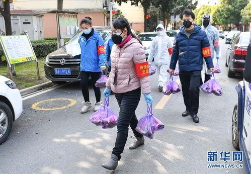 武汉市武昌区华锦社区的志愿者为社区居民送菜上门(2月23日摄).