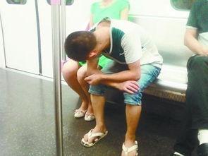 公交地铁轻轨女性频遭骚扰 媒体支八招对付猥琐男