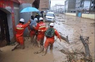 暴雨致延安富县县城内涝 消防紧急救援
