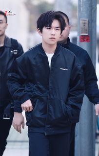 易烊千玺韩国下班图曝光青春有型 不愧是行走的时尚icon