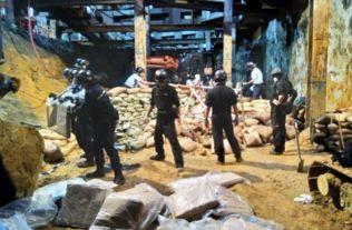 警方爆炸品处理课拆弹专家奉召到场,发现炸弹前方引爆管损坏,拆弹专家决定即场烧毁炸药.