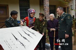 女书传承人胡欣为长沙两位老红军赠送女书作品