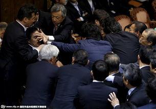 2015年9月17日消息,日本执政党与在野党议员当天就参议院委员会审议