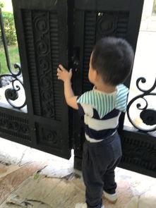 刘璇儿子想 越狱 出去玩 多次尝试开铁门动作超萌