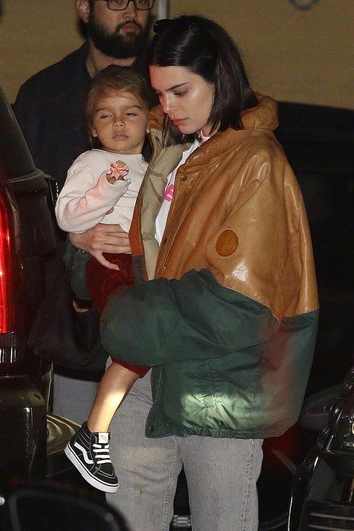 肯达尔詹娜抱外甥女姿势熟练